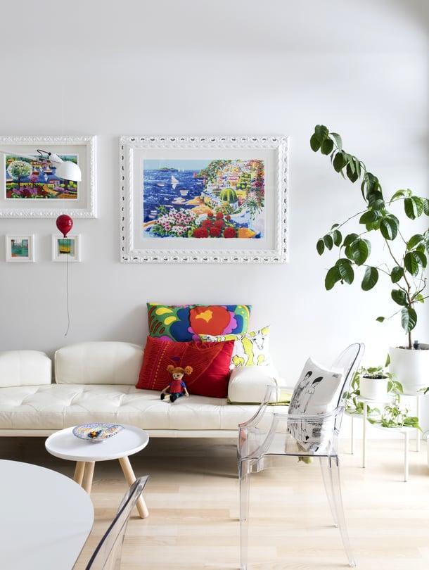 Italialaistaiteilija Athos Faccincanin maalaamat suuret taulut ovat häälahja Marzian vanhemmilta. He halusivat, että koti-ikävän iskiessä Marzia voisi katsella tauluista Positanon kaupungin iloisia värejä. Vaalea nahkasohva on BoConceptin ja pieni Tablo-pöytää Normann Copenhagenin. Peikonlehti viihtyy italialaisesta antiikkiliikkeestä ostetun jakkaran päällä. Seinävalaisin on italialaisen Flosin.