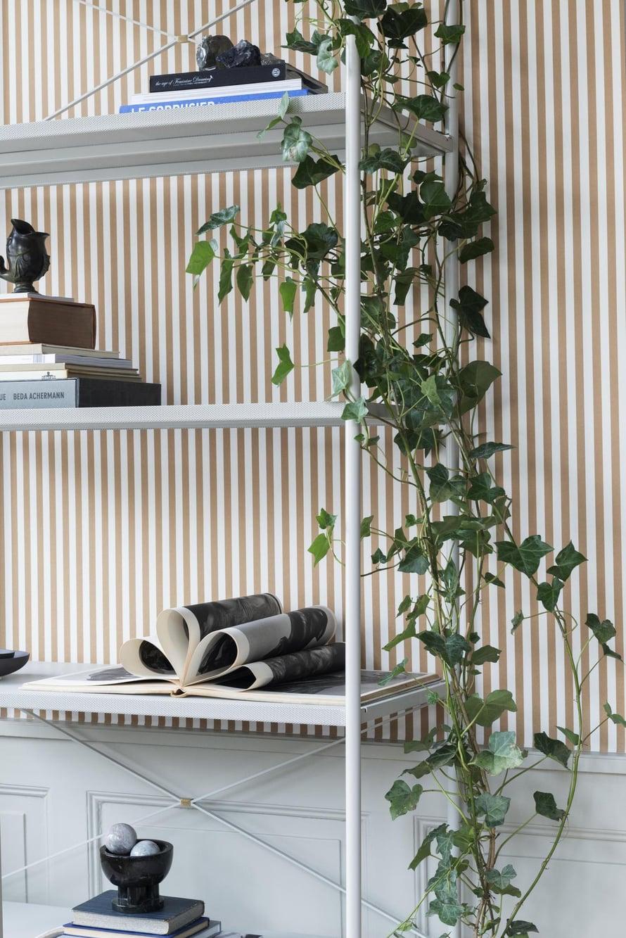 Köynnöskasvit , kuten muratti, ovat tällä hetkellä iso trendi vihersisustamisessa.  Mitä suurempi ja runsaampi, sen parempi. Punctual-hylly on Ferm Livingin.