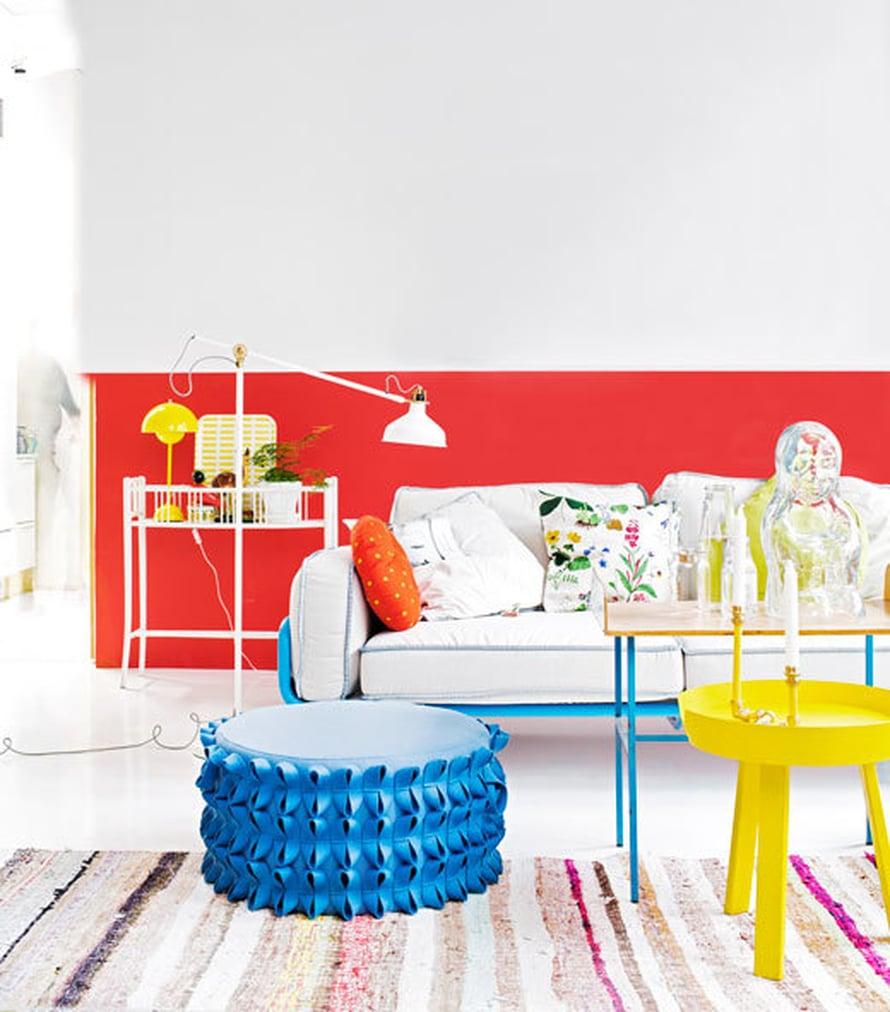 Jälkeen. Oho, olohuone muuttui rohkean värikkääksi lisäämällä seinään punaista maalia sekä muutamalla pirteän värisellä kalusteella.