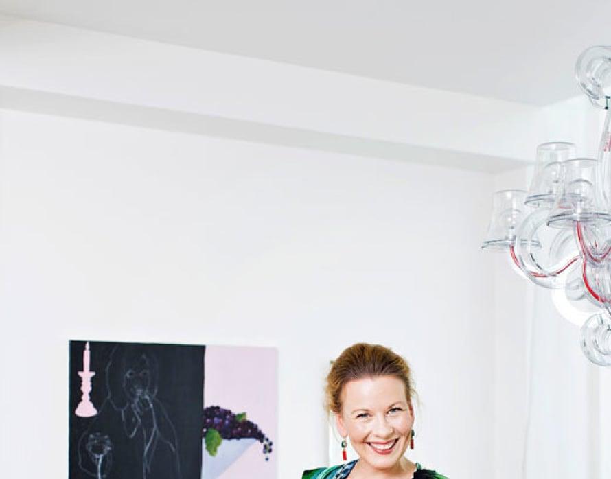 """""""En voisi elää valkoisessa, minimalistisessa kodissa, vaikka saatan ihailla sellaisia sisustuslehdissä. Olen Lontoossa kouluttautunut kuvataiteilija, joten omaa taidetta on ihan joka seinällä. Tämä taulu on nimeltään Syötävästä juotavaa."""""""