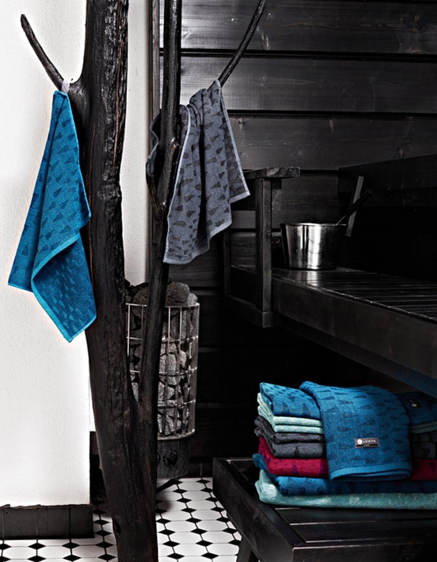 Mustavalkoinen sauna on aina tyylikäs. HUomaa hauska naulakko! Kuva: Finlayson