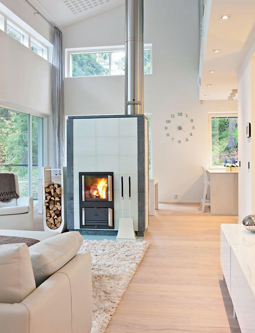<p><p>Olohuoneen takka on suunniteltu passiivienergia-taloa ajatellen. Polttoilma tulee ulkoa eikä lämmintä sisäilmaa polteta. Takka on Nunnauunin.</p></p>