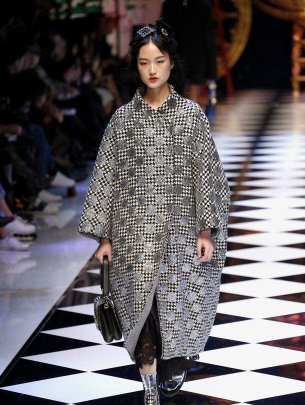 Domenico Dolce ja Stefano Gabbana ovat naisellisen tarinan kerronnan  mestareita. Syksyksi esiteltiin kimalteleva prinsessasatu, joukossa yllättäen myös matalia kenkiä ja käyttökelpoisia takkeja.