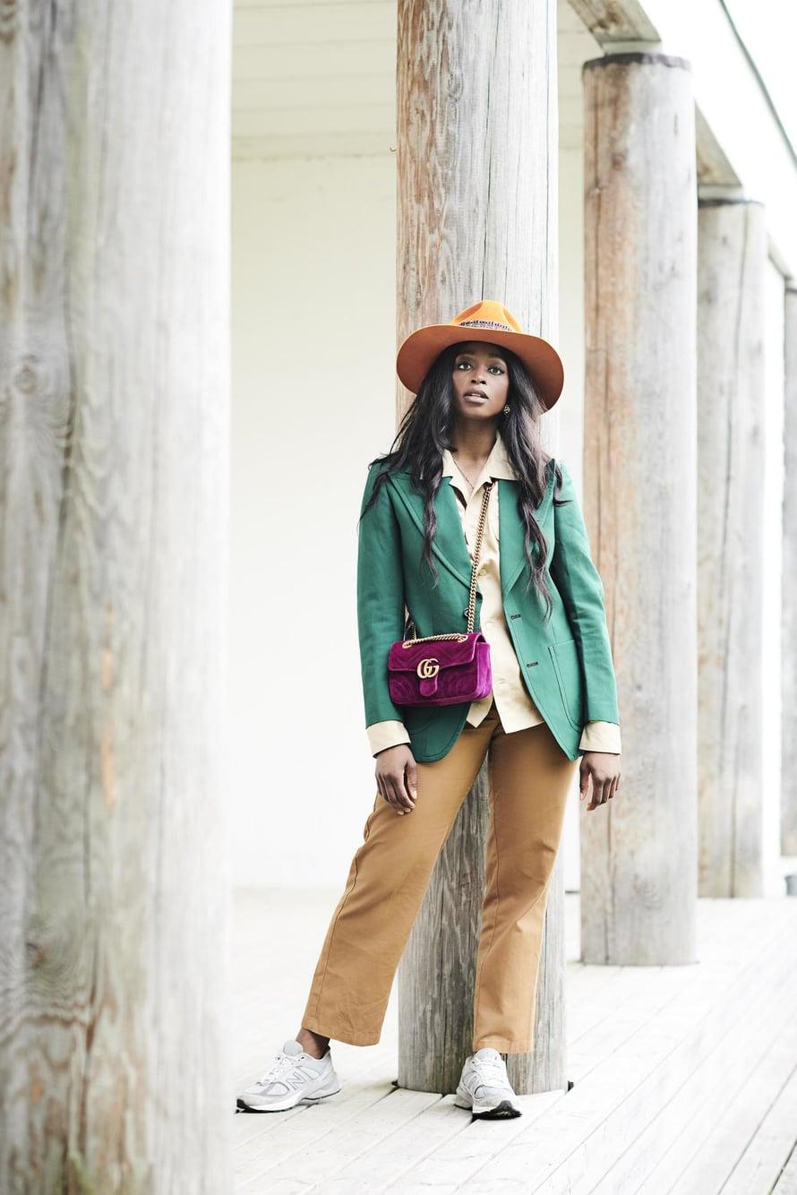 Guccin laukku on 30-vuotislahja ystäviltä ja usein käytössä. Jalassaan Lodylla on yhdet lempihousuistaan eli Dickiesin 874-malli. Bleiseri on vintagea.