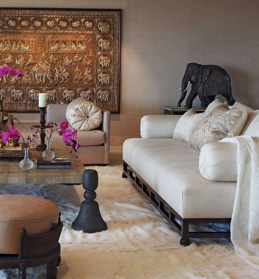 <p><p>Tämä tila on makuuhuoneen oleskelutila. Pöytä teetettiin mittojen mukaan, ja idea kopioitiin miljardiperijä Doris Dukelle kuuluneesta ruokapöydästä. Itämaiseen tyyliin sopivat sohvat suunnitteli Martyn Lawrence-Bullard. Seinävaate on burmalainen ja 1800-luvun loppupuolelta.</p></p>