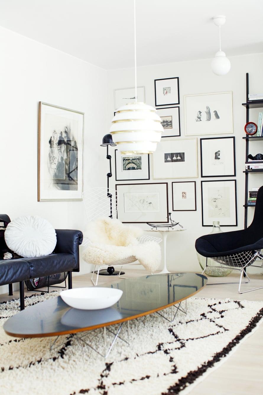 Kotimaiseen grafiikkaan ihastuneet asukkaat ovat koonneet lempiteoksensa sommitelmaksi olohuoneen päätyseinälle. Raikas ripustus, Jieldé-valaisin ja Bertoian Bird-tuolit muodostavat kutsuvan kokonaisuuden.