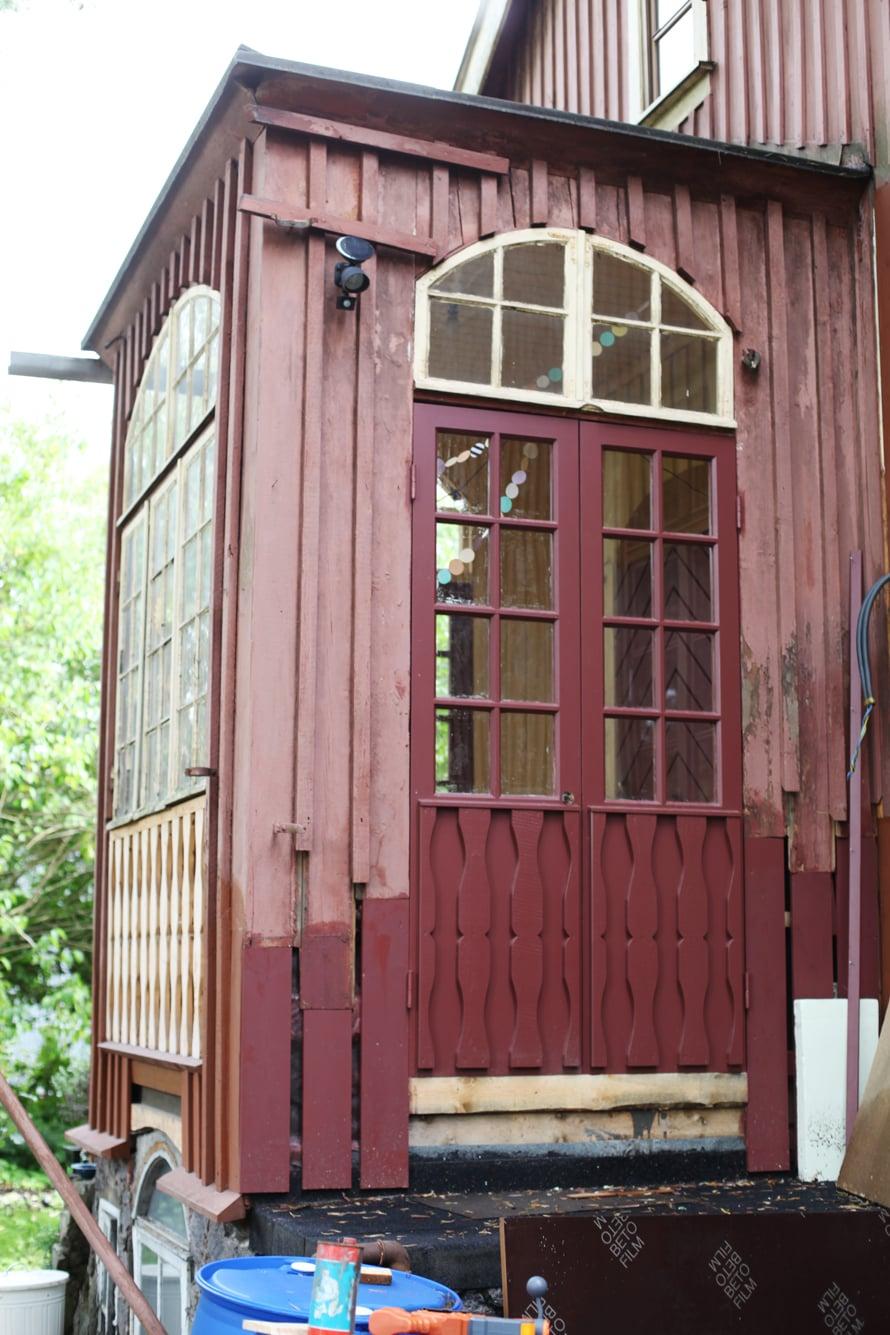 puutalo; kuisti; puuseppä; ovet