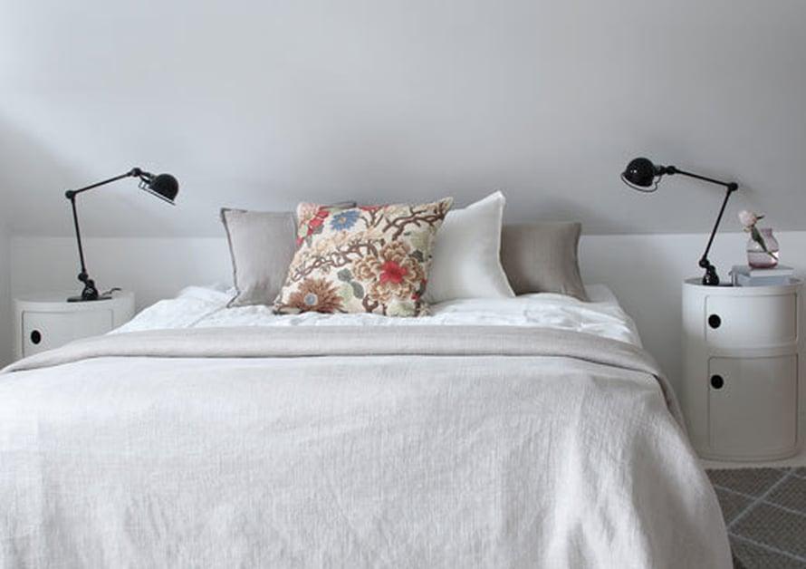 <p><p>Sängyn muhkea petaus syntyi rennon ryppyisistä pellavatekstiileistä ja lukuisista tyynyistä.</p></p>