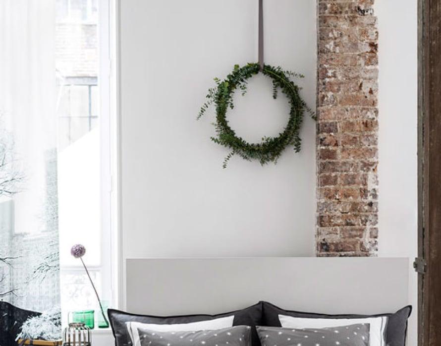 <p><p>Havukranssi on aina in. Sen voi tehdä mistä tahansa vihreästä oksasta. (Ja mikä estää antamasta pieniä joululahjoja jo nyt?) Kuva ja tuotteet: H&M Home</p></p>