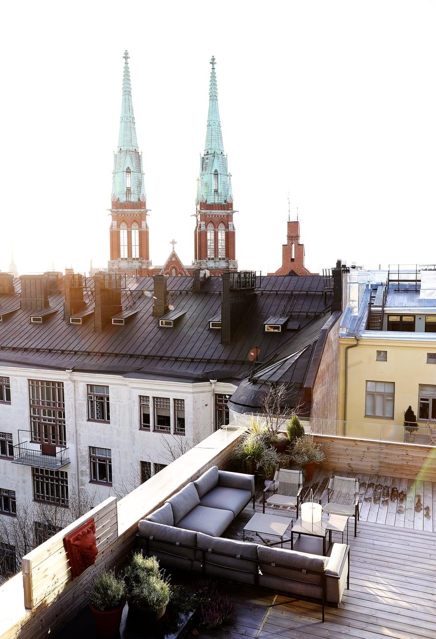 Kodin hulppealta kattoterassilta on näkymä yli Helsingin.