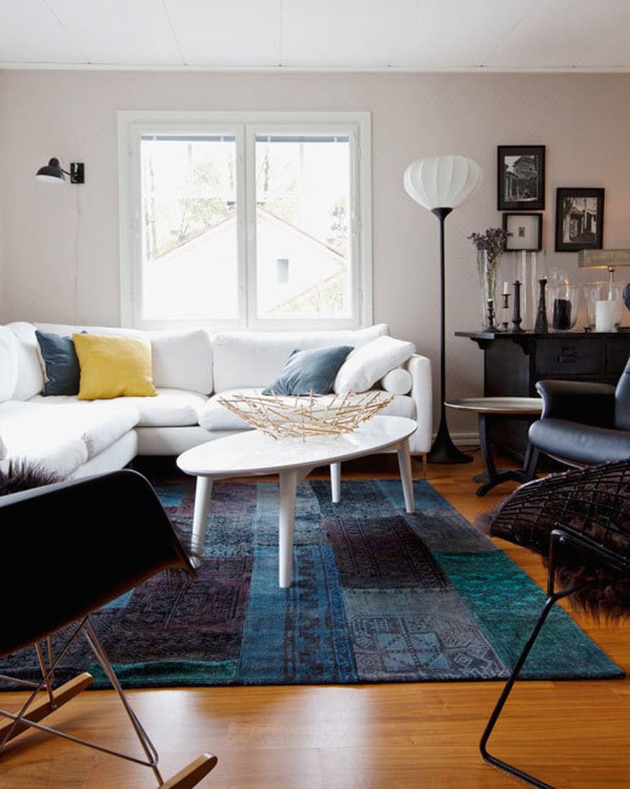 <p><p>Yksi Seijan lempikohdista kodissa on musta lipasto asetelmineen. Harry Bertoian Diamond-tuoli ja sohva ovat muut olohuoneen sisustuksen kulmakivistä, muuten olohuone muuttuu aika ajoin. Esimerkiksi seinän tapetti on jo vaihtunut tämän kuvan ottamisen jälkeen.</p></p>