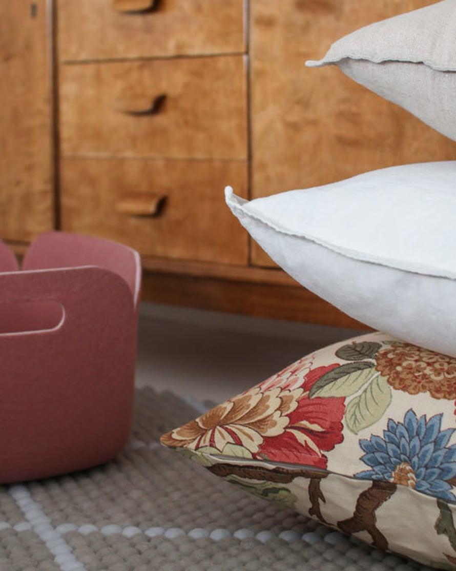<p><p>Makuuhuoneeseen lähdettiin hakemaan uutta freesimpää ilmettä tekstiilien avulla. Modernin raikas mummolahenki syntyi ovelilla kuvioilla, lämpimällä puulla, rouhealla pellavalla ja pehmeällä villalla.</p></p>