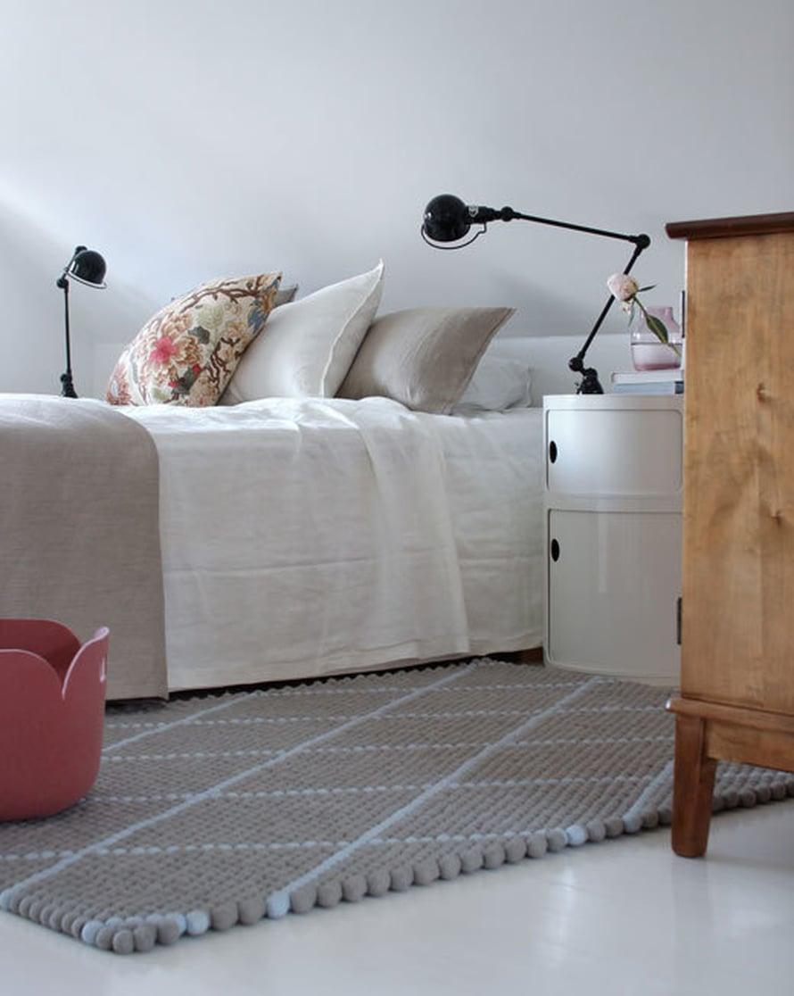 <p><p>Huoneen värimaailma on nyt raikas ja lämmin. Graafinen villamatto on kaunis kontrasti vanhalle senkille, ja pastellisävyt tuovat pehmeyttä tilaan.</p></p>