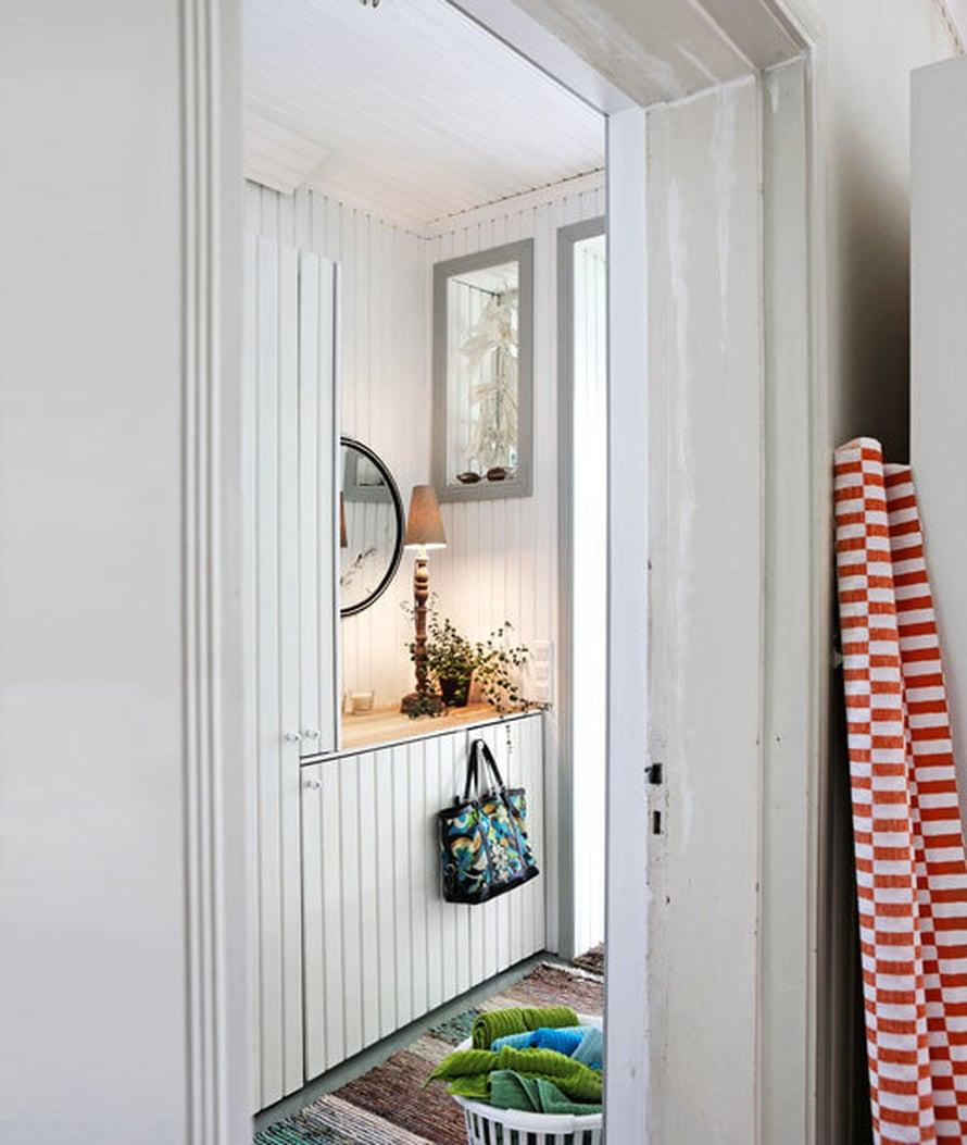 <p><p>Eteinen on samalla kodinhoitohuone, vaikka ei uskoisi. Paneeliovien takana on niin pyykinpesukone kuin lämminvesivaraaja.</p></p>