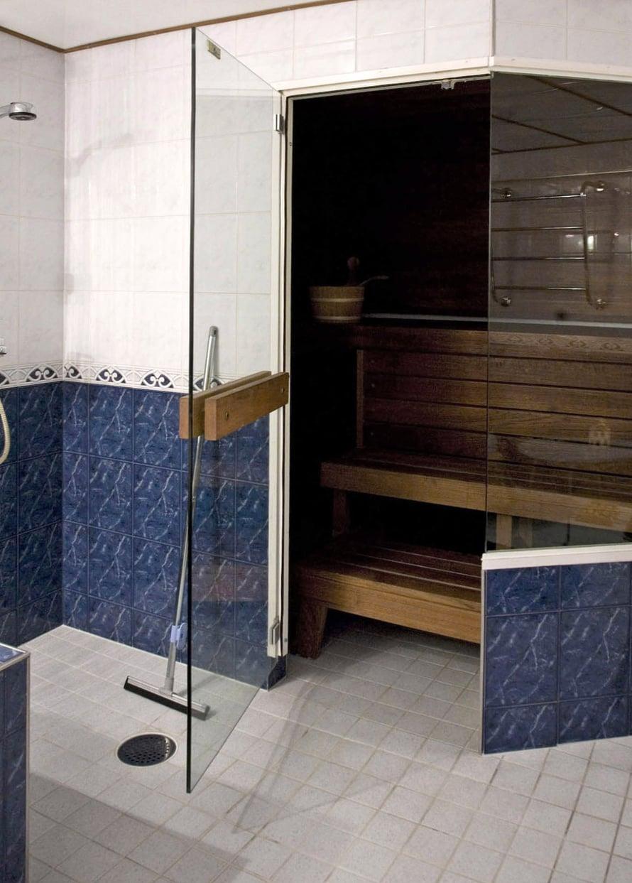 Sauna ennen remonttia. Koko tilassa näkyi 1990-luvun tyyli ja väritys.