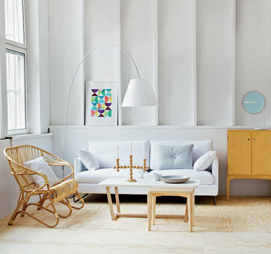 Ensin olohuone näyttää tältä. Hiukan väritön ja persoonaton, vai mitä?