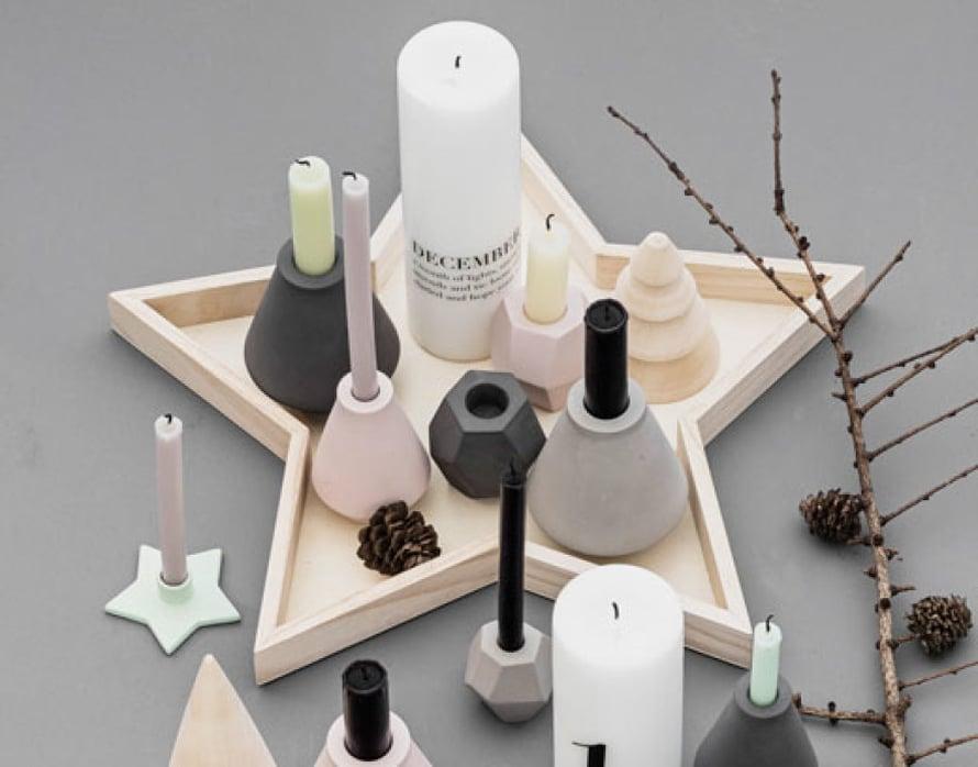 <p><p>Kerää sekalainen kokoelma kynttilänjalkoja ja kynttilöitä ja tee niistä asetelma. Asetelma on vaikuttavampi tunnelmanluoja kuin yksi kynttilä siellä täällä. Kuva ja tuotteet: Bloomingville</p></p>