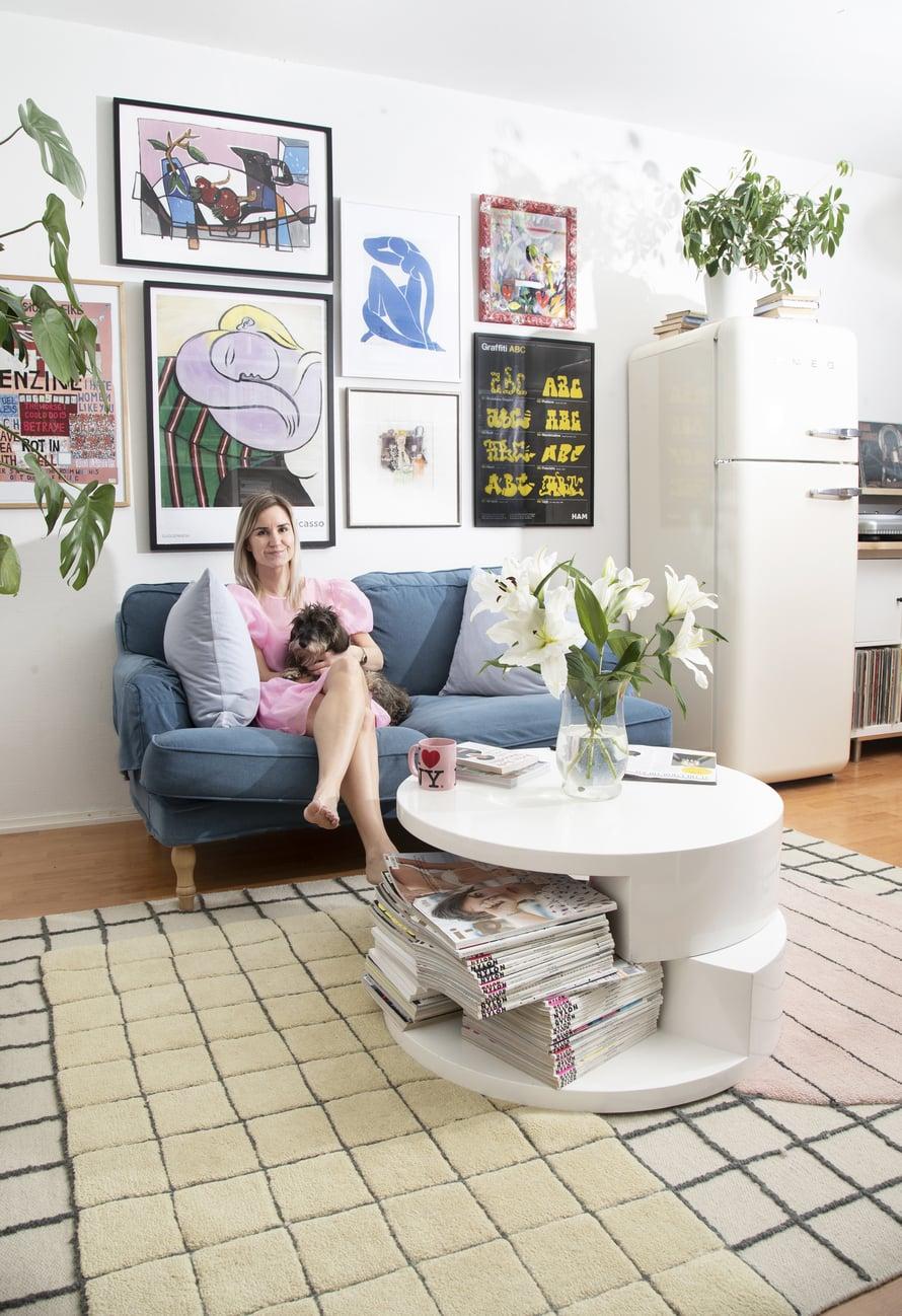"""Sisko esitti isälleen toiveen sohvasta, kun valmistui medianomiksi kesällä 2017. """"Ajattelin pitkään, että en halua sohvaa, koska en muuten tekisi muuta kuin lojuisi siinä. Niin siinä kävikin."""" Sohva on Ikeasta. Julisteita Sisko on ostanut mm. Lanzarotelta ja New Yorkista."""