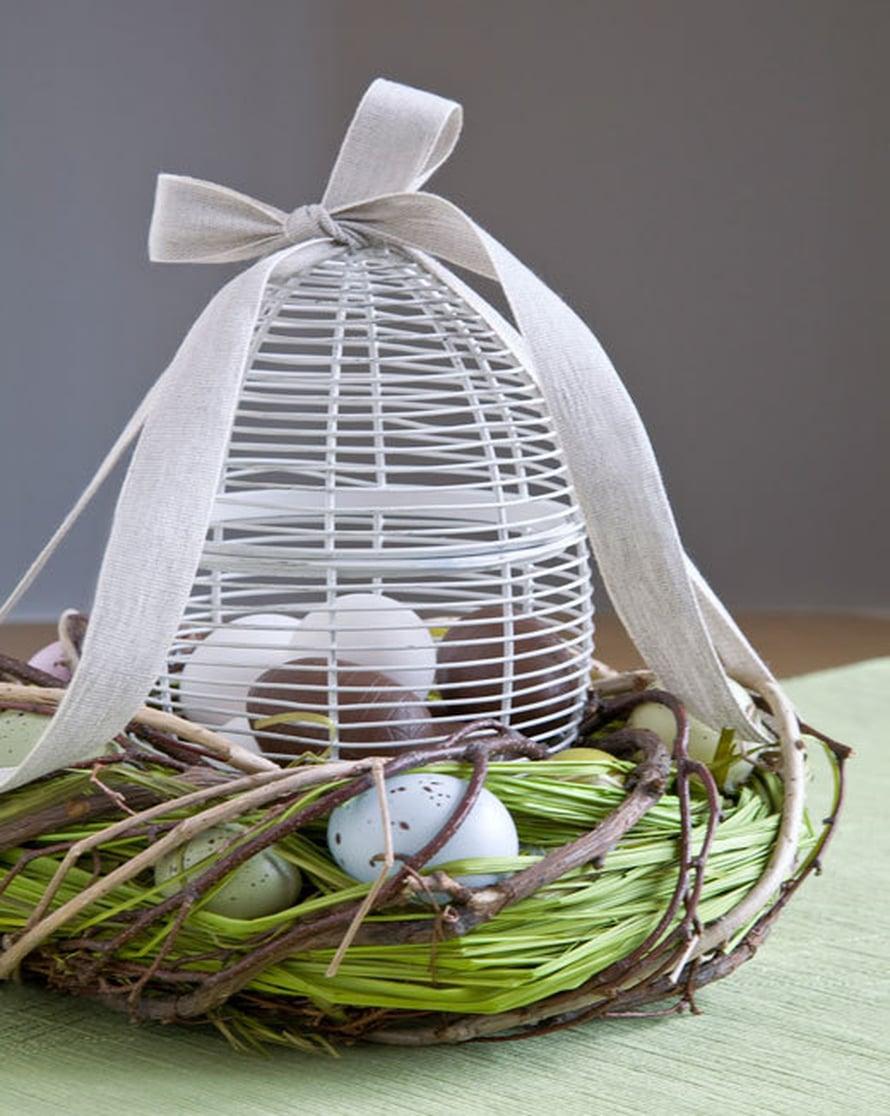 <p><p>Metallinen munakori rusetteineen luo maalaisromanttisen tunnelman ja toivottaa rauhallista pääsiäisen aikaa! Kuva: Pentik</p></p>
