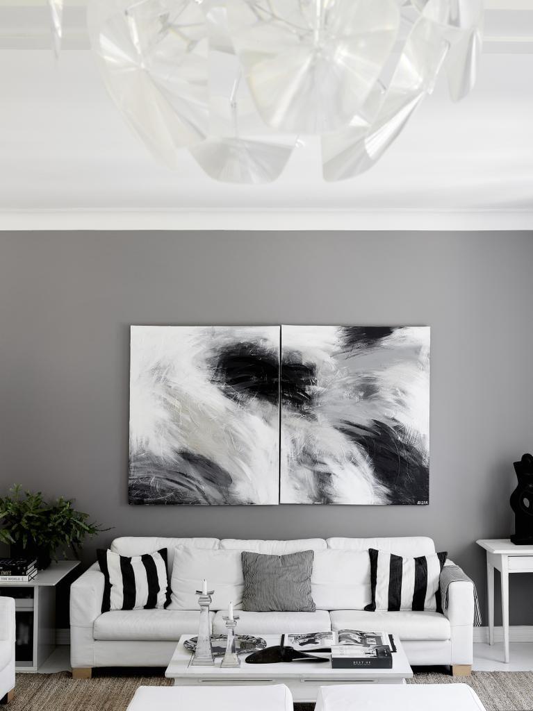 Olohuoneen seinä sai pintaansa harmaata maalia ja maalauksen, jonka hankolainen taiteilija Anneli Puurtinen teki tilaustyönä sisustuksen värejä toistamaan. Sohvat ja sohvapöydän Marjaana toi edellisestä kodista ja haaveilee nyt Gervasonin Ghost-sohvasta ja marmorikantisesta metallipöydästä.