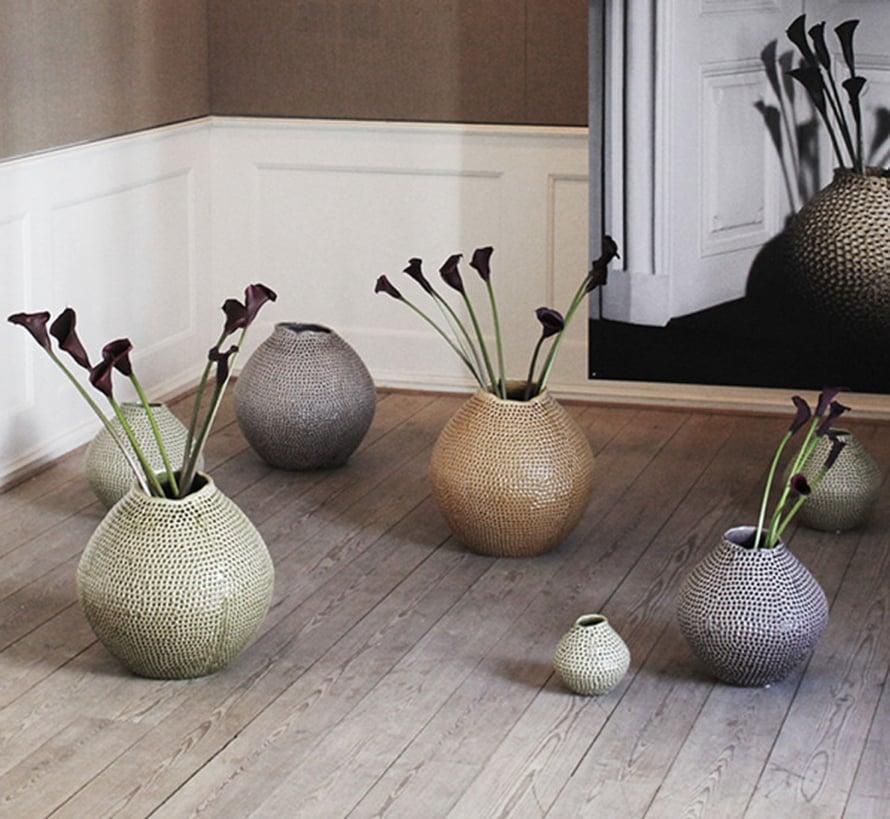 Kuka sanoi, että kukkien täytyy olla aina pöydällä?Pöytätila loppuu helposti juhlissa kesken. Lattialle asetellut korkeat vaasit toimivat sisustuselementteinä, ja pöytätilaa säästyy ruokien tarjoiluun. Kuva: Broste Copenhagen.