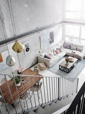 Tavallista leveämpi ruokapöytä on tilattu Sasu's Playhousesta. Tuolit ja lasivalaisin löytyivät Winkelistä. Näyttävä messinkivalaisin on Tom Dixonin, ja marokkolaistyylinen metallivalaisin Armas Designista.