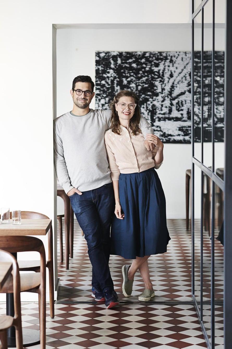 Ravintoloitsija Luka Balać ja kuvataiteilija Heta Kuchka luovat Punavuoressa makuelämyksiä  ja taidetta.