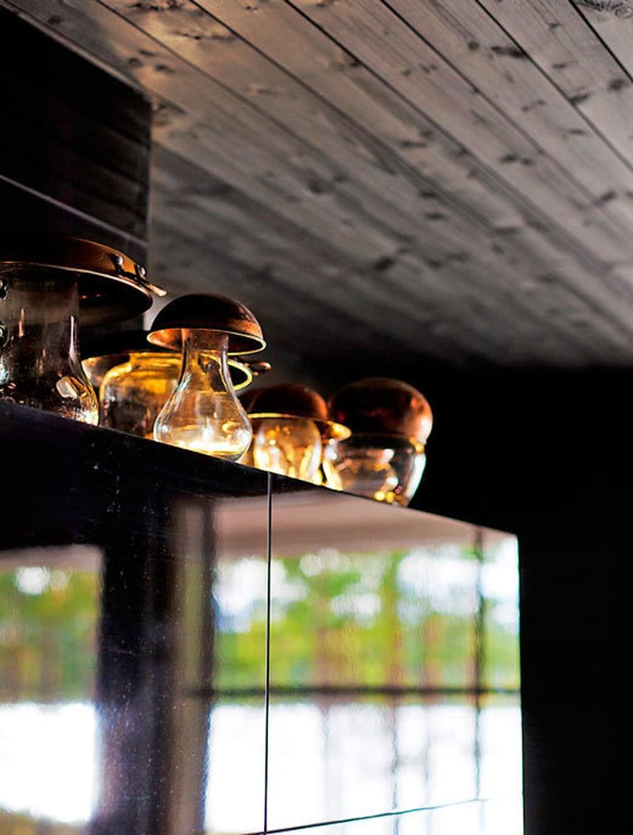 """<p><p>Petri valmisti """"sienivalaisimet"""" asettamalla  lasipurkkien ja -vaasien hatuksi vanhoja kupariastioita, jotka hän keräsi kirpputoreilta. Lasipurkkeihin voi laittaa tuikut. Huom! Kupariastioihin pitää tehdä reikiä, jotta kynttilät palavat.</p></p>"""