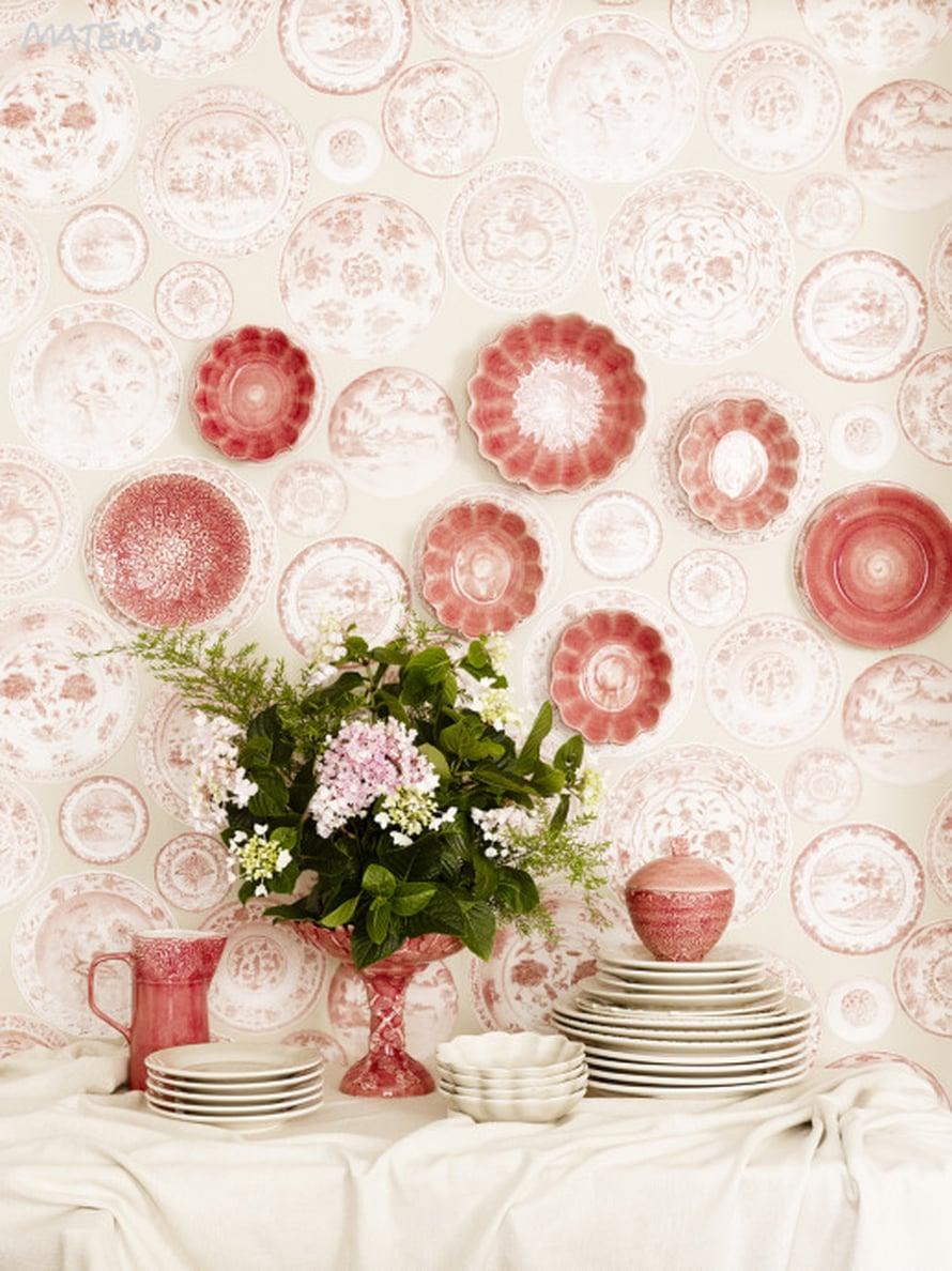 Trendiväri on ulottunut myös astioihin asti. Kauneimmat lautaset pitää ehdottomasti ripustaa seinälle, ja hauska lautastapetti tuo esillepanoon erityistä jujua. Kuva: Mateus