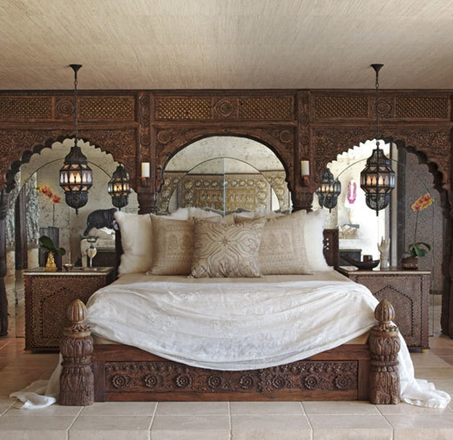<p><p>Cherin vuode tehtiin palatsiholvikaarien osista. Kaarien kautta kuljetaan pukeutumishuoneeseen. Lyhdyt teetettiin Marrakechissa. Yöpöydät tehtiin kahdesta vanhasta intialaisesta ovesta, joissa on eebenpuuta ja norsunluuta.</p></p>
