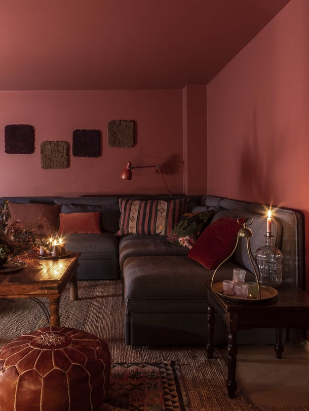 Jälkeen Seinät ja katto maalattiin Tikkurilan Harmony- maalilla, sävyllä Q341. Riia loihti seinälle tekstiili-teoksen Kierrätyskeskuksesta löytämistään mattojen mallipaloista.