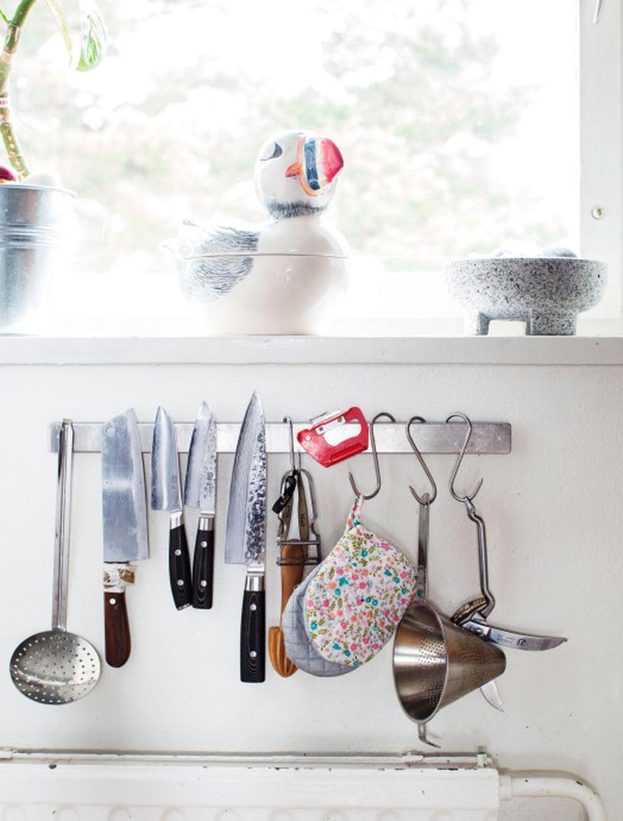 """""""Pidän veitset aina terässä. Tylsä veitsi on kokin painajainen. Löysin veitsitelineen Ikeasta"""", Meri-Tuuli kertoo."""