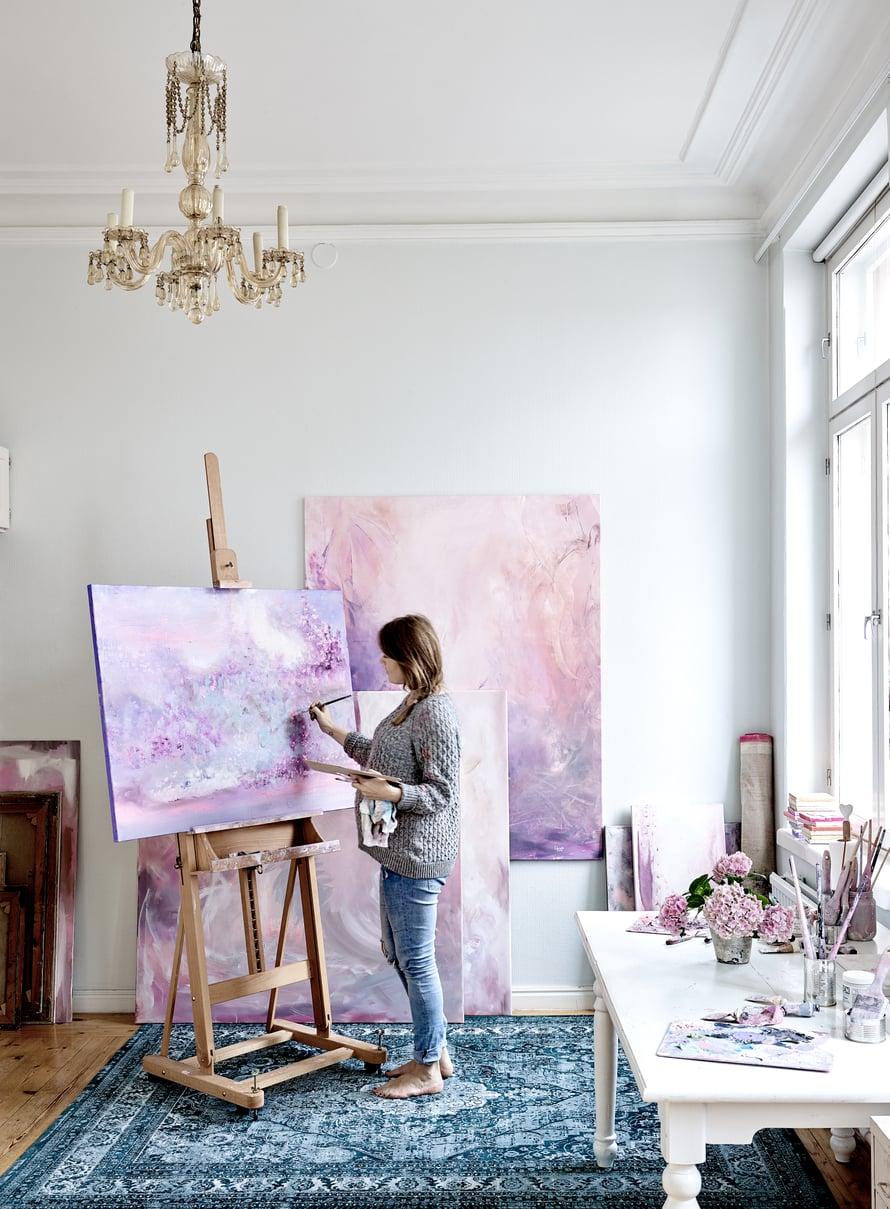 Kodin valoisin huone on Carolinan ateljee. Ennen näyttelyä seinät täyttyvät maalauksista, jotka sen jälkeen siirtyvät uusiin koteihinsa.