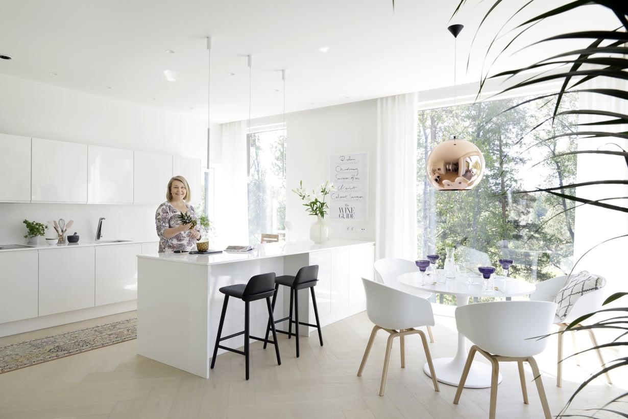 Johanna valitsi keittiöön Puustellin täyskiiltävät keittiökalusteet sekä Louhi Kivitason valkoiset kvartsitasot. Muuton Nerd-baarituoleilla nälkäiset voivat seurata aterian valmistumista. Pellavaverhot tilattiin Marickenilta.
