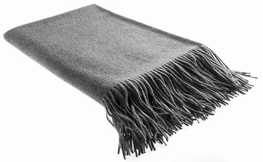 Pehmeästä kashmirvillasta kudottu ylellinen Highland-peitto sulautuu yksinkertaisuudessaan moneen sisustustyyliin, 395 e, Balmuir.com.