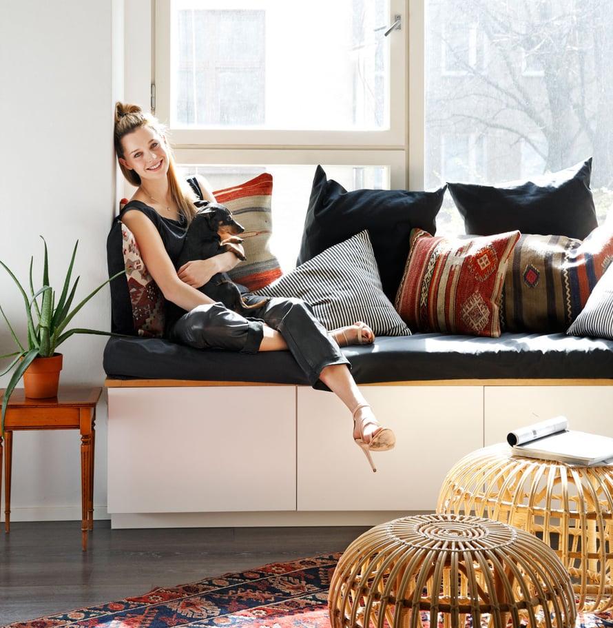 Mia Ehrnroothin olohuoneessa mustavalkoraidalliset Tensiran tyynyt tasapainottavat etnistä tyyliä, 35 e, Nómad Shop.