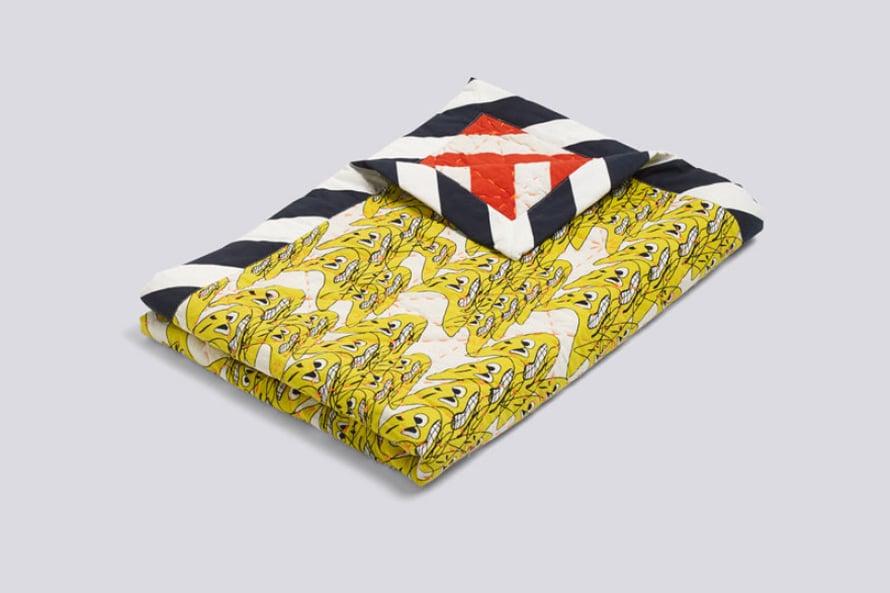 Sänkyyn tai piknikille. Wrong for Hayn Smileys-päiväpeitossa  on tehokkaat väri- ja kuviokontrastit, 356 e, Viale.