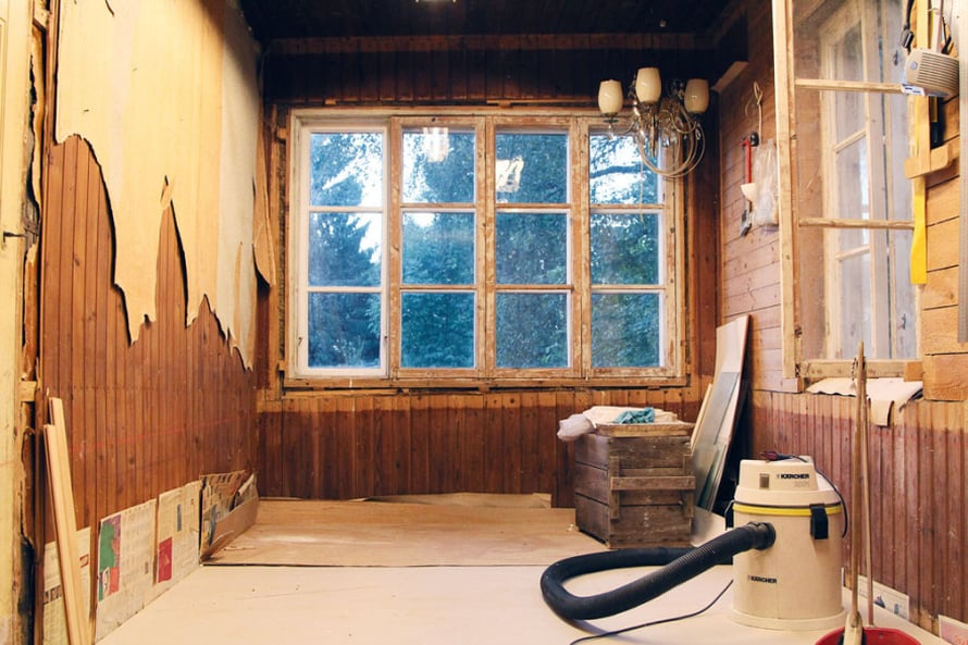 Ruokailuhuone ennen remonttia. Vuosisadan alussa siinä oli torpan sisäänkäynti.