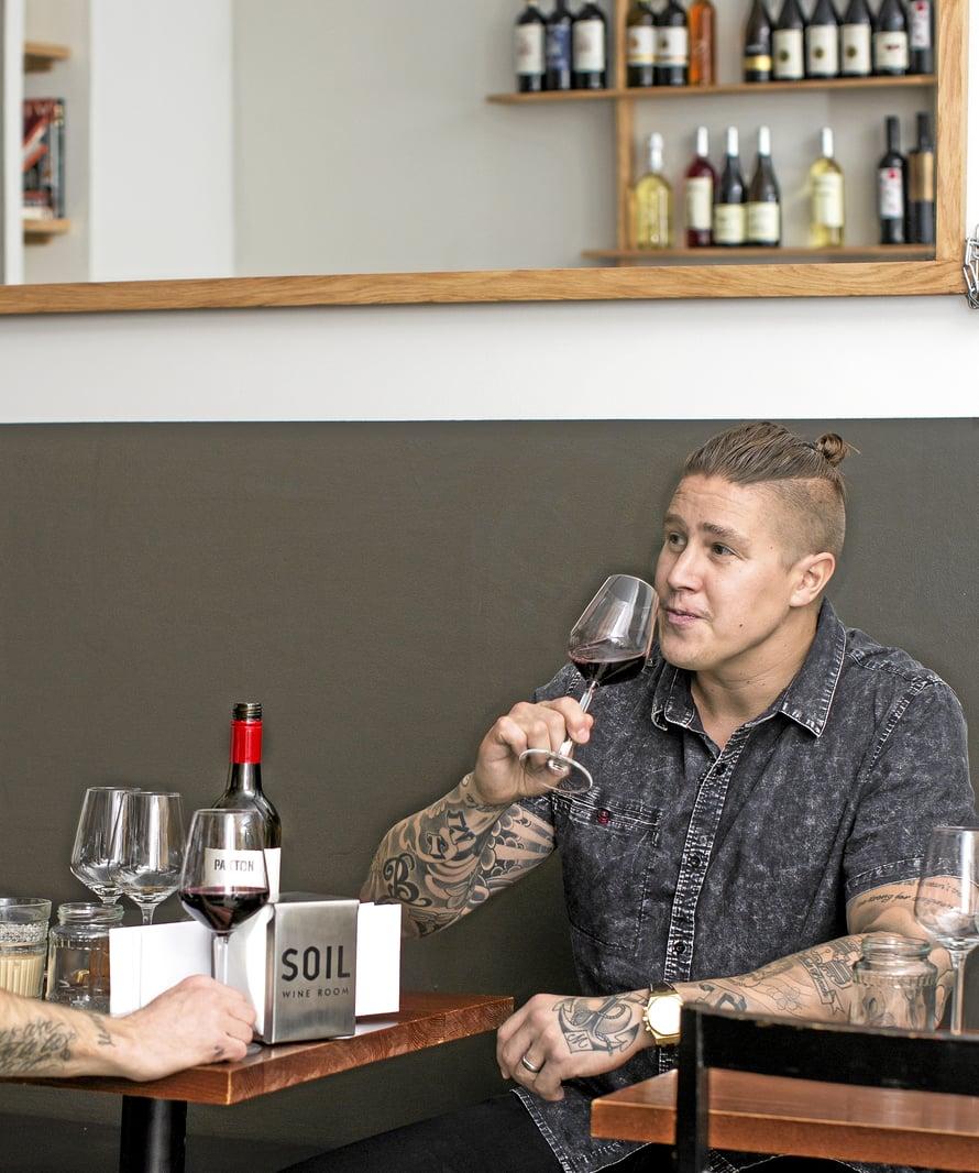 TOMI POIKKEAA silloin tällöin Soil Wine Roomissa juomassa lasin viiniä ja syömässä tapaksia. Ravintoloitsija Matti Romppanen ja Tomi ovat hyviä ystäviä, jotka treffatessaan puivat ravintolamaailman uusia käänteitä.