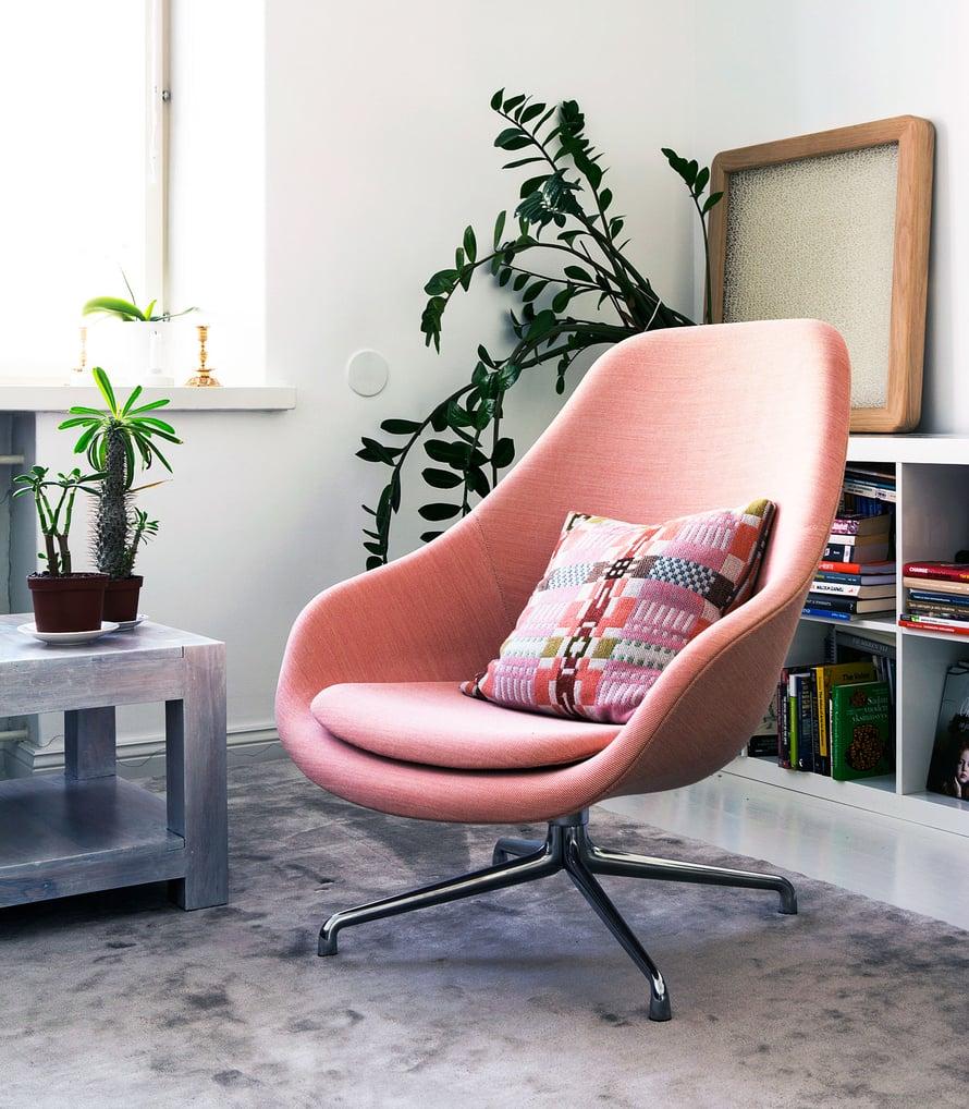 """""""Pidän näyttävistä huonekaluista. Diggaan muotoilun klassikoita Arne Jacobsenista Eameseihin ja Memphis-ryhmään ja Castiglionin veljeksiin. Meidän olohuoneessamme on Hayn tilava ja moderni About a Lounge Chair. """""""