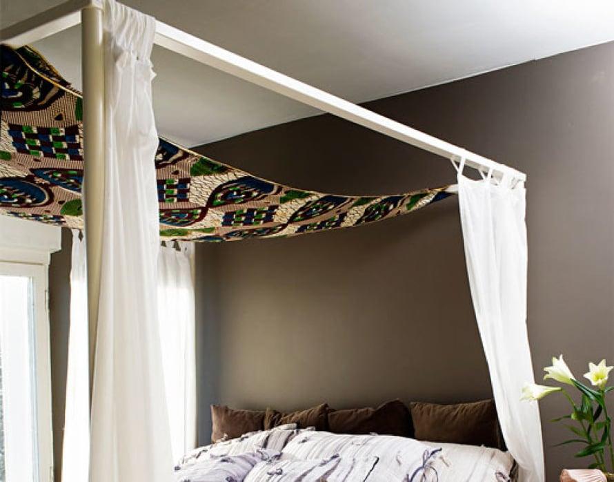 <p><p>Makuuhuoneeseen paistaa aamupäiväaurinko. Katosvuoteessa on  kapverdeläinen kangas, jonka kuviot on painettu hutiloiden ja joka saa ajatukset lentämään.  </p></p>