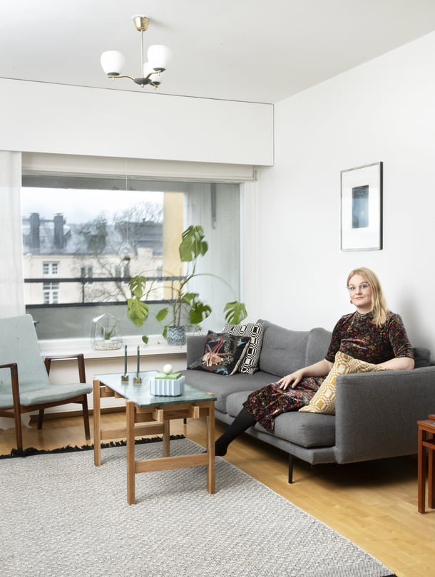 Terhi rakastaa värejä eikä voisi asua mustavalkoisessa kodissa. Hakolan sohvan harmaan sävyn valitsi Terhin mies - itse hän olisi valinnut pirteämmän värin. Sohvapöytä on puuseppäpuolison käsialaa.