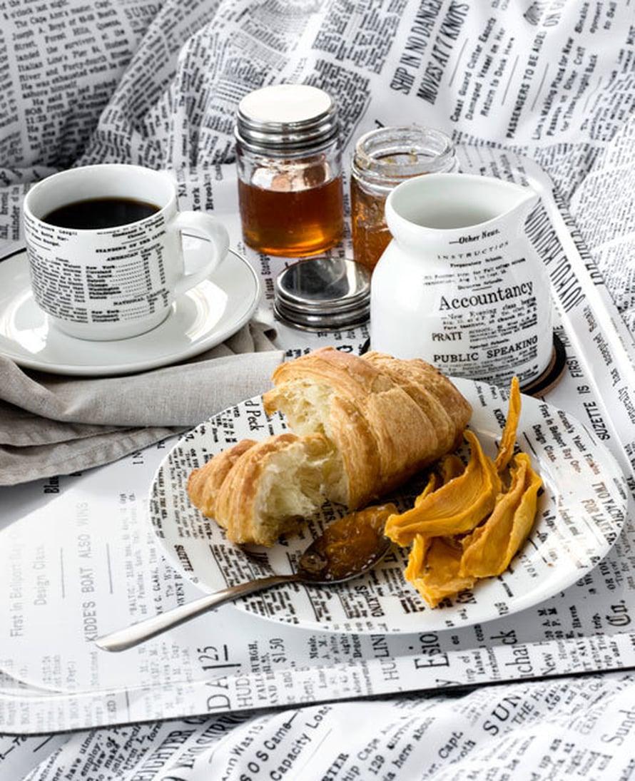 <p><p>Onko tämä kohta historiaa? Äkkiä nauttimaan kunnon sunnuntaikahveista painomusteisin sormin, ennen kuin sanomalehdet siirtyvät kokonaan digiversioiksi! Itse ainakin nautin aamukahvini edelleen paperilehden kera. Kuva: H&M Home. </p></p>