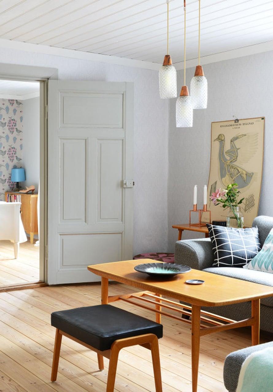 Näkymä olohuoneesta makuuhuoneeseen. 1950-luvun aidoisat materaaleista tehdyt kalusteet viehättävät Suvia ja Sebastiania. He ovat metsästäneet kalustelöytöjä esimerkiksi Tukholmasta.