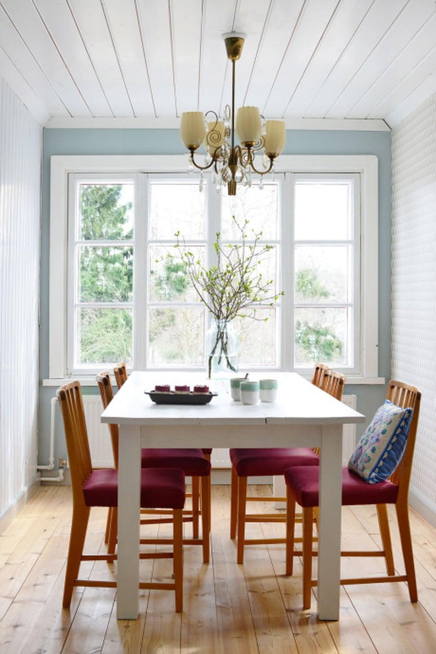 Remontoidussa ruokailuhuoneessa on uusi ruokapöytä ja vanhat tuolit. Antiikkivalaisin löytyi Ruotsista.