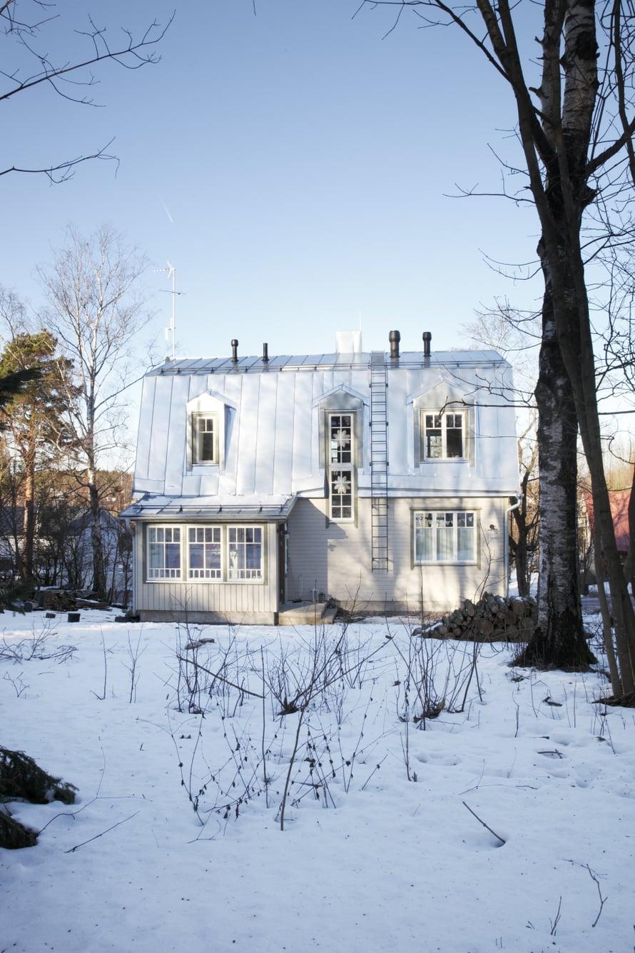 Uusi talo sopii ympäröivään puutalomiljööseen.
