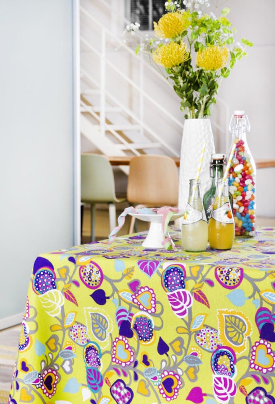 Pääsiäisenä on aikaa järjestää ystäville vaikkapa sunnuntaibrunssi! Vallilan Limonaadi-kankaan väritys sopii loistavasti pääsiäiskattaukseen, 21,90 e/m, Kärkkäinen