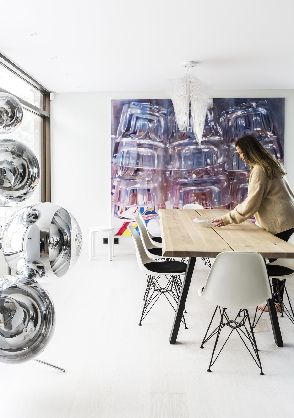 Ruokailutilassa on Susanne Gottbergin suuri työ. Cobellosta hankittu puupintainen ruokapöytä tuo tilaan lämpöä, tuolit ovat Eamesin. Zaha Hadidin Eurolucelle suunnittelema Aria-kattovalaisin ei peitä näkymää mihinkään suuntaan. Näyttävä lattiavalaisin on Tom Dixonin suunnittelema Mirror Ball.