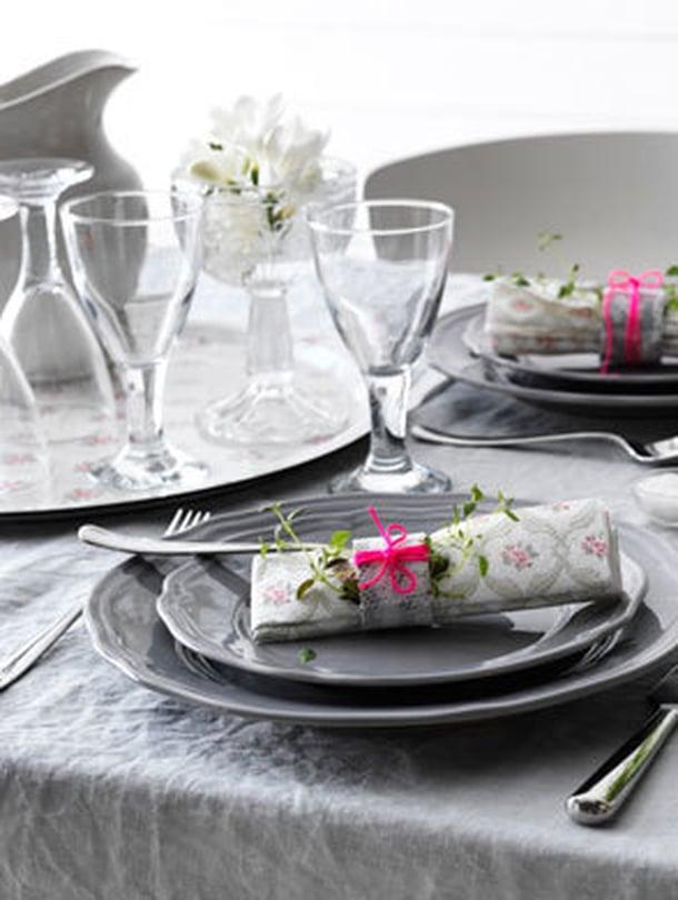 """<p><p>Kultsi, kutistin kakarat ja tein meille romanttisen aamiaisen… Eli suomeksi sanottuna lapset hoitoon ja pitkän kaavan aamiainen oman kullan kanssa. Huomaa pöydässä olevat syötävät kasvit. Kuva: <span class=""""photographer"""">Ikea. </p></p></span>"""