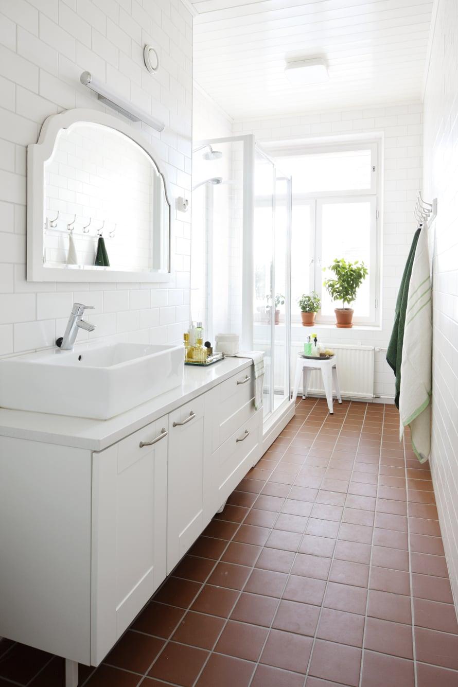 Asunnon vaatehuone purettiin, ja tilalle saatiin tilava, ikkunallinen kylpyhuone. Kalusteet teetettiin kuten keittiössäkin. Litocer-laatta on täällä pienempää kuin muualla asunnossa. Seinälaatta on Pukkilan valkoinen peruslaatta. Pyyhkeet ovat Lapuan Kankureiden.
